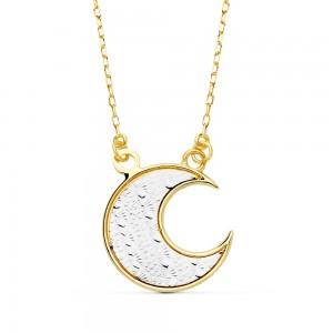Gargantilla en oro bicolor 18kts compuesta por colgante en forma de luna con un acabado interno tallado en oro blanco.